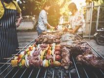 Il BBQ fa festa il porcile d'annata all'aperto felice della cena della famiglia dell'estate a casa fotografia stock