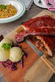 Il BBQ irascibile & la costola di carne di maiale arrostita hanno messo sulla tavola Fotografia Stock