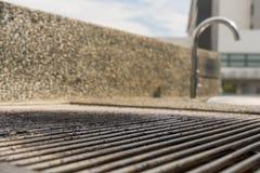 Il BBQ scava sulla griglia d'acciaio vuota del barbecue fotografie stock libere da diritti