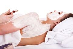 Il Beautician applica la mascherina alla ragazza. Massaggio. fotografie stock libere da diritti