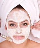 Il Beautician fa la mascherina alla ragazza. Massaggio. fotografia stock