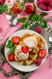 Il belga Liegi waffles con il gelato della fragola e il berrie fresco fotografie stock