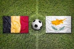 Il Belgio contro Bandiere del Cipro sul campo di calcio Immagine Stock