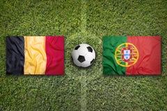 Il Belgio contro Bandiere del Portogallo sul campo di calcio Fotografia Stock