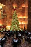 Il bello albero di Natale dentro Trump si eleva, NYC, 2015 Fotografia Stock