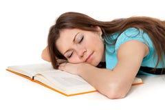Il bello allievo sta dormendo sul libro Fotografia Stock