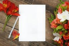 Il bello Alstroemeria vuoto bianco della carta in bianco fiorisce la Tabella di legno rustica Immagini Stock Libere da Diritti