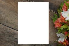 Il bello Alstroemeria vuoto bianco della carta in bianco fiorisce la Tabella di legno rustica Fotografia Stock