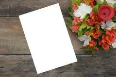 Il bello Alstroemeria vuoto bianco della carta in bianco fiorisce la Tabella di legno rustica Immagini Stock