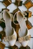 Il bello art deco ha ispirato uguagliare le scarpe di cuoio nel colore beige con gli archi e le cinghie scintillanti dorati immagini stock libere da diritti