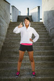 Il bello atleta asiatico che fa i pollici aumenta il gesto di approvazione Fotografie Stock