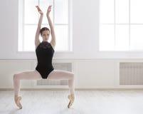 Il bello ballerine sta nella posizione del plie di balletto Immagini Stock Libere da Diritti