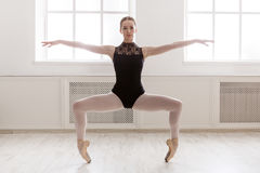 Il bello ballerine sta nella posizione del plie di balletto Immagine Stock Libera da Diritti
