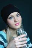 Il bello blonde mantiene il vetro con acqua immagine stock libera da diritti