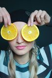 Il bello blonde mantiene l'arancio fotografia stock