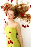 Il bello blonde in petali Fotografia Stock