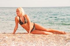 Il bello blonde sul litorale di Mar Nero Fotografia Stock Libera da Diritti