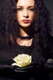 Il bello brunette con un bianco è aumentato Fotografie Stock