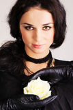 Il bello brunette con un bianco è aumentato Fotografia Stock