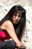 il bello brunette si siede la girata del sole Immagini Stock Libere da Diritti