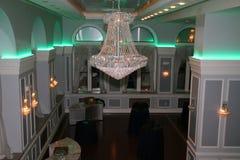 Il bello candeliere decora la sala da ballo Fotografia Stock Libera da Diritti