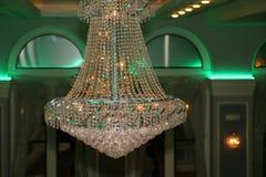 Il bello candeliere decora la sala da ballo Immagini Stock