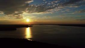 Il bello cloudscape ed il tramonto che attraversano si rannuvolano la riflessione del lago archivi video