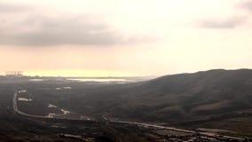 Il bello cloudscape sopra le montagne e le costruzioni della città, Timelapse delle nuvole ombreggia muoversi al tramonto a Bacu stock footage