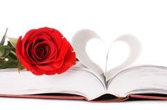 Il bello colore rosso è aumentato sul libro Fotografia Stock