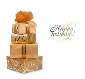 Il bello contenitore di regalo in carta dell'oro con una seta è aumentato Fotografia Stock