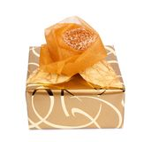 Il bello contenitore di regalo in carta dell'oro con una seta è aumentato Fotografia Stock Libera da Diritti