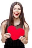 Il bello cuore della tenuta della donna ha modellato la carta e sorridere del biglietto di S. Valentino immagini stock
