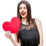 Il bello cuore della tenuta della donna ha modellato la carta e sorridere del biglietto di S. Valentino fotografia stock libera da diritti