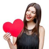 Il bello cuore della tenuta della donna ha modellato la carta e sorridere del biglietto di S. Valentino immagine stock