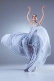 Il bello dancing della ballerina in vestito lungo blu Fotografie Stock