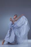 Il bello dancing della ballerina in vestito lungo blu Fotografie Stock Libere da Diritti