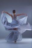 Il bello dancing della ballerina in vestito lungo blu Immagini Stock