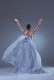 Il bello dancing della ballerina in vestito lungo blu Fotografia Stock