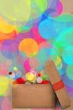Il regalo su un bokeh del partito colourful si accende royalty illustrazione gratis