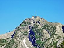 Il bello e picco alpino dominante di Säntis Santis o di Saentis nella catena montuosa di Alpstein fotografia stock
