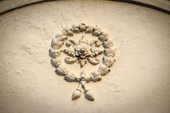 Il bello fondo con i fiori di ghirlanda bianchi stucco sul ol fotografia stock