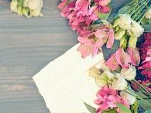 Il bello fondo di Alstroemeria rosso e rosa e dell'eustoma bianco fiorisce su fondo di legno Finestre tinte Copi lo spazio Immagine Stock Libera da Diritti