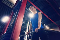 Il bello forte giovane addestramento caucasico muscolare atletico sexy di allenamento della ragazza di forma fisica nella palestr Fotografie Stock