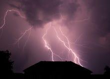 Il bello fulmine disturba la vita rurale calma Fotografia Stock Libera da Diritti
