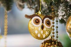 Il bello giocattolo dell'albero dell'oro sotto forma di gufo borda, lamé, decorazione sull'albero di Natale immagine stock libera da diritti