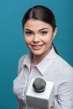 Il bello giornalista della ragazza TV con il sorriso grazioso è fotografia stock