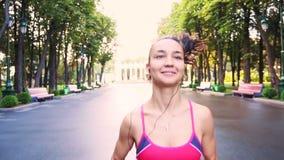 Il bello giovane addestramento di modello della ragazza funziona nel parco, movimento lento stock footage
