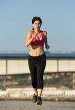Il bello giovane mette in mostra la donna che corre all'aperto Fotografia Stock