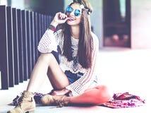 Il bello giovane modello della donna di hippy nei pantaloni a vita bassa bianchi dell'estate copre la posa della via Fotografie Stock Libere da Diritti