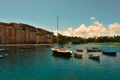 Il bello hotel di Portofino dell'italiano, con i villaggi del colorfull ed i pescherecci in poca baia immagini stock libere da diritti
